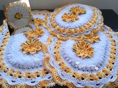 Jogo de Banheiro em Crochê com Flores no Elo7 | Quel Côrtes Crochê (100980A) Crochet Mat, Bathroom Rugs, Baby Cribs, Diy Crafts To Sell, Crochet Flowers, Unique Gifts, Crochet Earrings, Carpet, Blanket