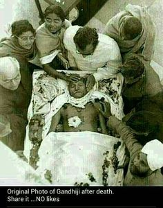 Mahatma Gandhi After Death Rare Original Real Unseen Photo : India Pictures - Funny India Pics Photos Rare Pictures, Historical Pictures, Rare Photos, Rare Images, Vintage Photos, Indira Ghandi, Indian Freedom Fighters, Post Mortem Photography, India Facts
