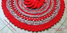 Tapete Flor Vermelha em Trapilho Pelo blog Parceiro - Eu também crocheto (Crochet em Trapilho Fio de Malha) Material: Agulha Número 10 Fio de malha vermelho Execução: Trabalhei com agulha 10, embora o meu fio estampado fosse mais grosso do que o vermelho usado na base. Gastei 1 rolo de