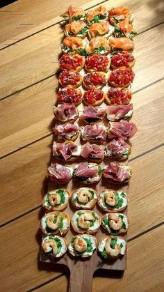 Bruchetta plankje - Plane Food - -You can find Food platters and more on our website. Snacks Für Party, Appetizers For Party, Appetizer Recipes, Party Canapes, Canapes Ideas, Party Fingerfood, Canapes Recipes, Wedding Canapes, Party Nibbles