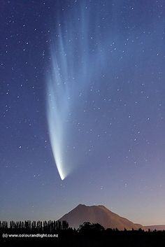 Comet McNaught – Amazing Pictures - Amazing Travel Pictures with Maps for All Around the World Cool Pictures, Cool Photos, Beautiful Pictures, All Nature, Science And Nature, Beautiful Sky, Beautiful World, Cosmos, To Infinity And Beyond