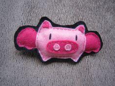 Cerdo volador. Broche en fieltro con relleno   (Flying pig. Soft felt brooch) 5€