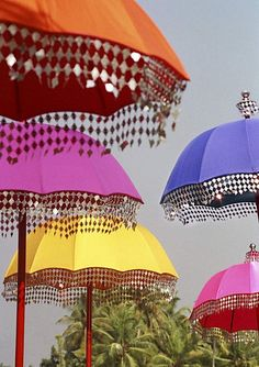 Beautiful Detail That Would Be Easy To Apply To Your Own Beach Parasol (this is soooo nice) Colorful Umbrellas, Umbrellas Parasols, Garden Parasols, Outdoor Umbrellas, Bollywood Party, Bollywood Style, Jasmin Party, Party Mottos, Indian Garden