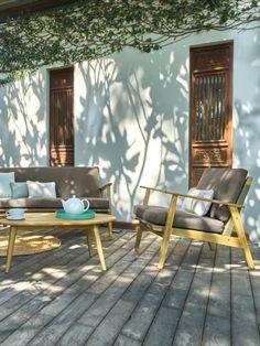 Mit dieser Komplettausstattung wird nicht nur die Terrasse im Sommer zum Ort entspannter Gästerunden, denn diese Gartenmöbel passen mit ihrer ausgeprägt wohnlichen Note auch ideal in Wintergärten! Der grundsolide runde Tisch bildet den Mittelpunkt des Geschehens. Seine kokett abstehenden Beine greifen die schwungvolle Linienführung von Sofa und Sessel auf und bestehen ebenso wie die Rahmen aller Sitzmöbel aus massivem Akazienholz... Stavanger, Lounge, Garden, Patio, Sofa Set, Scandinavian Design, Winter Garden, Armchair, Airport Lounge