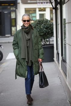 The first woman I admire for her style in 2017 is Linda V Wright. A former model and fashion editor born in Texas who lives in Paris since the She has two beautiful daughters a nephew and owns h