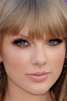 Taylor Swift makeup: smokey bronze lids with a pale pink lip and coral cheeks... And some good lashes!