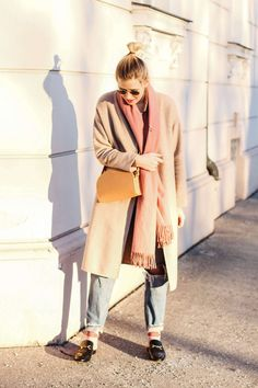 Statement socks on fleek | Long coat, ripped denim and comfy slippers | Winter streetstyle with light-pink details | More on