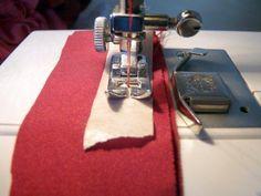 Usar cinta de carrocero pegada al prensatelas, en lugar de papel de seda, para coser telas difíciles. Sewing School, Sewing Techniques, Sewing Tutorials, Sewing Tools, Sewing Hacks, Sewing Projects, Embroidery Applique, Clothing Patterns, Sewing Patterns