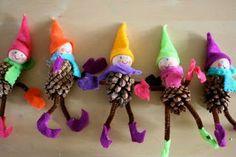 Pigne decorate a forma di aiutanti di babbo natale - INFORMARMY.com