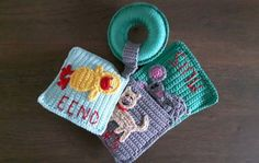 Baby Boekje - Een zacht gehaakt baby boekje met een piepende eend, een rinkelende poes en een piepende muis. Ideaal voor de baby. - Petra's Hobby site