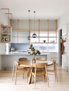 Simples e natural! A presença marcante da madeira no piso e no mobiliário desta casa em Melbourne, na Austrália, criou uma atmosfera aconchegante e contemporânea! O projeto é do Pleysier Perkins! Foto: Dan Hocking