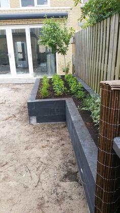 Flower Planters, Garden Planters, Garden Living, Home And Garden, Outdoor Bbq Kitchen, Garden Yard Ideas, Garden Pictures, Outdoor Landscaping, Small Gardens