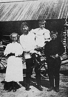 Grigori Raspoetin trouwde toen hij 19 jaar oud was met Parskjeva Fjodorovna Dubrovnina. Ze kregen samen 5 kinderen. Op de foto is Grigori Raspoetin te zien met 3 van zijn kinderen.