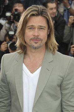 Primer plano de Brad Pitt, quien luce pelo largo y traje claro en el photocall de Killing Them Softly en Cannes