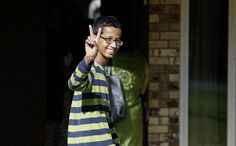 Ahmed Mohamed, 14, memberikan tanda V atau perdamaian ketika tiba di rumahnya di Irving, Texas, AS. Ahmed ditangkap di sekolahnya pada 16 September setelah seorang guru mengira jam yang ia buat sendiri adalah bom. Ia tetap diskors dan mengatakan tidak akan kembali sekolah ke MacArthur High School. Presiden Barack Obama mengundang Mohamed untuk membawa jamnya ke Gedung Putih.