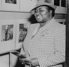 April 1941 - New York, New York, USA - Academy Award Winner Hattie McDaniel Views Camera Exhibit. New York, New York by vieilles_annonce. Old Hollywood Movies, Hollywood Walk Of Fame, Golden Age Of Hollywood, Hollywood Stars, Classic Hollywood, Hollywood Girls, Hollywood Icons, Hollywood Actresses, Hattie Mcdaniel