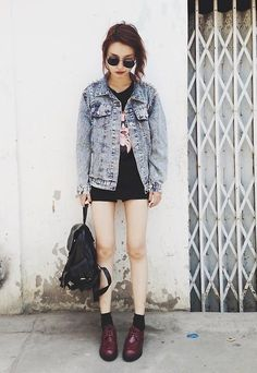 Boots + oversized denim jacket + baggy top + black shorts