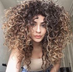 To have beautiful curls in good shape, your hair must be well hydrated to keep all their punch. You want to know the implacable theorem and the secret of the gods: Naturally curly hair is necessarily very well hydrated. Curly Hair Styles, Big Curly Hair, Colored Curly Hair, Wavy Hair, Balayage For Curly Hair, Coiffure Hair, Light Hair, Hair Trends, Naturally Curly