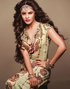 The Sri Lankan beauty - Jacqueline Fernandez forayed in Bollywood back in 2009 with a Jasmine act in 'Aladin' and since then this beauty has ruled ou. Bollywood Girls, Bollywood Fashion, Bollywood Actress, Bollywood Images, Punjabi Fashion, Bollywood Saree, Indian Makeup And Beauty Blog, Indian Beauty, Indian Celebrities