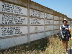 à Najera, tous les pélerins sont passés, passent, et passeront devant ce poème inscrit sur un mur de plaques en béton.
