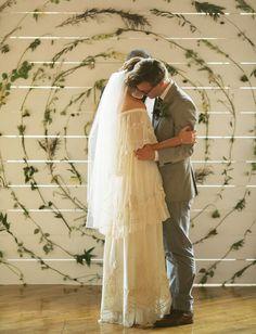 Quem disse que só de flores vivem as decorações de casamento? Olhem esse altar com galhinhos de folhas naturais e me digam se não tá lindo??...