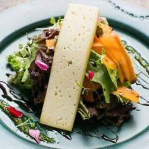 Salada de abóbora com queijo da canastra e vinagrete de mel de engenho