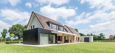 De vraag Op de ruime kavel in de omgeving van Haaksbergen staat een oude woning met bijgebouwen. Op deze locatie wenst de opdrachtgever een nieuw woon...