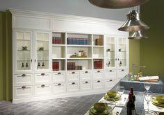 Ruim voldoende opbergruimte in huis of in de keuken met deze geweldige, grote witte kast.