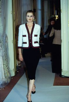 Chanel Spring 1997 Couture Fashion Show Collection: See the complete Chanel Spring 1997 Couture collection. Look 5 Fashion Week, Look Fashion, 90s Fashion, Fashion Brand, Runway Fashion, Vintage Fashion, Fashion Outfits, Womens Fashion, Fashion Show Collection