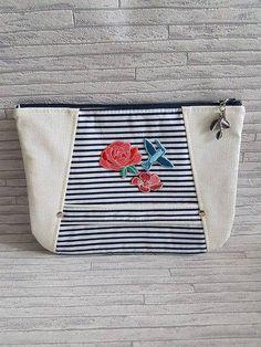 Pochette porté main / dragonne / simili cuir blanc / marinière bleu / appliqué broderie fleurs de la boutique ChouetteCoutureSacs sur Etsy Coin Purse, Creations, Couture, Boutique, Purses, Wallet, Etsy, White Leather, Art Crafts