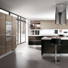 Scenery kuchyně - moka a tmavé dřevo.