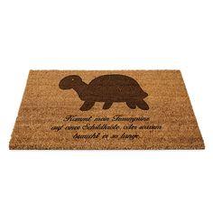 Fußmatte Schildkröte seitlich aus Fussmatte Kokos  Natur - Das Original von Mr. & Mrs. Panda.  Eine wunderschöne Fussmatte Kokos aus dem Hause Mr. & Mrs. Panda - Die Fussmatte wird sehr aufwendig graviert. Dieses besondere Fertigunsverfahren mit Naturmaterialien wurde von uns entwickelt und ist einzigartig.    Über unser Motiv Schildkröte seitlich  Unsere süße Schildkröte trottet fröhlich durch die Welt.     Verwendete Materialien  ##MATERIALS_DESCRIPTION##    Über Mr. & Mrs. Panda  Mr…