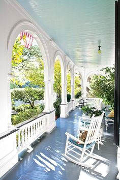 Old Southern charming home with wrap around porch and lovely arched fascia. i will have a wrap around porch Carport Modern, Veranda Design, Patio Design, Southern Porches, Country Porches, Romantic Homes, Romantic Cottage, Cozy Cottage, Bungalows
