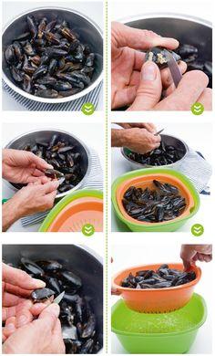 Hoe mosselen kuisen?  1) Spoel de mosselen in koud water. 2) Verwijder de eventuele 'baard' van de mosselen en onregelmatigheden aan de buitenkant van de schelpen met een mesje. 3) Spoel de mosselen tot het water helder is. 4) Verwijder de mosselen die open komen staan of boven komen drijven. Die kook je niet mee. 5) Haal de mosselen uit het water met behulp van een vergiet.