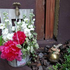 La cismeaua cu bujori Flower arrangement with peonies and matiola