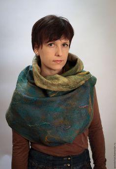 Купить или заказать Валяный шарф-снуд 'Ирландский мох' в интернет-магазине на Ярмарке Мастеров. Легкий, теплый и объемный шарф-снуд с двусторонним декором. Выполнен из итальянской мериносовой шерсти. Украшен декоративной пряжей, фактурными элементами из войлока, волокнами вискозы. Можно драпировать по-разному и носить как шарф, капюшон, накидку-кейп. Сложные драпировки можно фиксировать при помощи броши или шляпной булавки. Снуд можно носить на обе стороны.