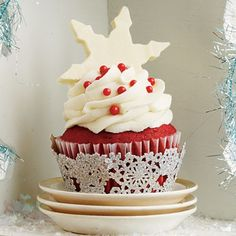 Top your favorite cupcakes with this indulgent White Chocolate-Amaretto Frosting.This recipe goes with Red Velvet Cupcakes, Crimson Tide Cupcakes Christmas Cupcakes, Christmas Sweets, Noel Christmas, Christmas Goodies, Christmas Baking, Red Velvet Cake, Red Velvet Cupcakes, Cake Pops, Cupcake Recipes