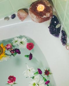 A bath of candles and flowers SoulMakes Bohemian Flower Bath Bohemian Flowers, Relaxing Bath, My New Room, Bath Time, Bath And Body, Decoration, Sweet Home, Creations, Bubbles