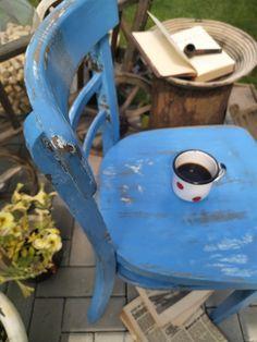 """Rustikální venkovský styl. Zcela zrenovovaná a poté řízeně dozdobená """"zubem času"""". Unikátní kus zdobící jeden fotoateliér. Další židle čekají na proměnu.."""