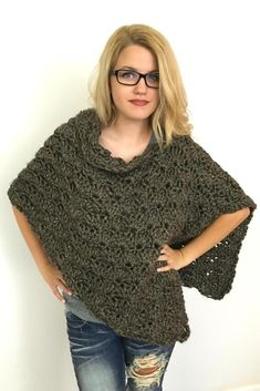Use this for Christmas Poncho. Fast, easy, and adjustable, this is the perfect crochet poncho pattern for craft fairs and gifts and will become your favorite poncho to work up in a jiffy.Ravelry: Everyday Poncho pattern by Pam Grice Col Crochet, Poncho Au Crochet, Crochet Gratis, Crochet Shawls And Wraps, Crochet Scarves, Crochet Clothes, Crochet Sweaters, Diy Clothes, Mode Blog