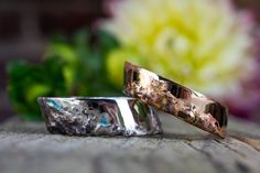 Ganz klar, diese Trauringe sind nicht mainstream. Aber ihr seid es ja auch nicht ;-) ?!  Jeder Ring ist IMMER ein Unikat, je nach Verarbeitung entstehen verschiedene Muster, Strukturen und Farben.   Diese ergonomischen Trauringe sind aus Weißgold und Rotgold gefertigt.  Wenn ihr auch Lust auf etwas einzigartiges habt meldet euch.  #gänsehautlügtnicht Cuff Bracelets, Rings For Men, Jewelry, Men Rings, Handmade, Colors, Pattern, Mariage, Jewels