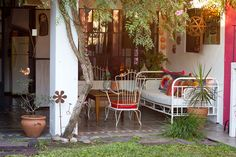 the argentinian home of silvina, a textile designer, and diego, publicist and artist Outdoor Rooms, Outdoor Gardens, Outdoor Living, Outdoor Furniture Sets, Outdoor Decor, Porches, Exterior Wall Panels, Backyard Cottage, Design Exterior