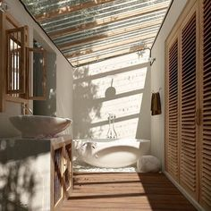 What a great use of natural light. For my cabin house in the woods Luxe Interiors, House Design, House, House Bathroom, Earthy Home, House Interior, White Rooms, Bathrooms Remodel, Bathroom Design