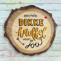 Valentijn gouden knuffel, verkrijgbaar bij #kaartje2go voor €1,99 Dutch Quotes, Love Kiss, Brush Lettering, Sayings, Words, Kisses, Happy Birthday, Letters, Tips
