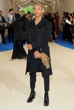 Adoramos o look do Jaden Smith! Ele está segurando o dread? Ele está segurando uma caixa de música??