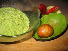 How Do I Stop My Guacamole from Browning? - AvoSeedo - Grow your own Avocado Tree! Best Paleo Recipes, Real Food Recipes, Cooking Recipes, Mexican Guacamole Recipe, How To Ripen Avocados, Avocado Creme, Avocado Mask, Avocado Benefits, Avocado Spread