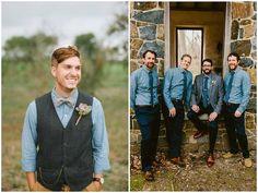 le marié et les garçons d'honneur portent une chemise en jeans