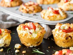The eye-catcher at your party buffet: tomato feta muffins- Der Hingucker auf deinem Partybuffet: Tomaten-Feta-Muffins These tomato feta muffins are so irresistibly good that we never miss the sweet classic. Party Finger Foods, Finger Food Appetizers, Appetizers For Party, Snacks Pizza, Snacks Für Party, Lunch Snacks, Art Cafe, Law Carb, Brunch Buffet