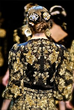Dolce & Gabbana - Collections Fall Winter - Shows - Vogue. Mode Rococo, Mode Baroque, Or Noir, Rococo Fashion, Dolce Gabbana, Fashion Details, Fashion Design, Diy Schmuck, Fashion Show