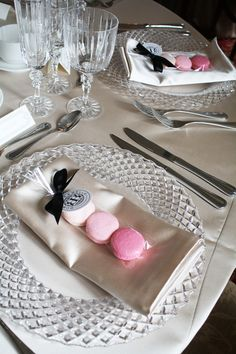 Cute idea to bring color on your table with these macaronfavors!